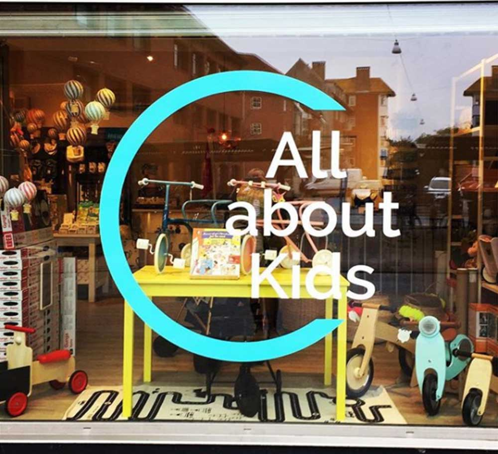 All about Kids logo på butiksrude